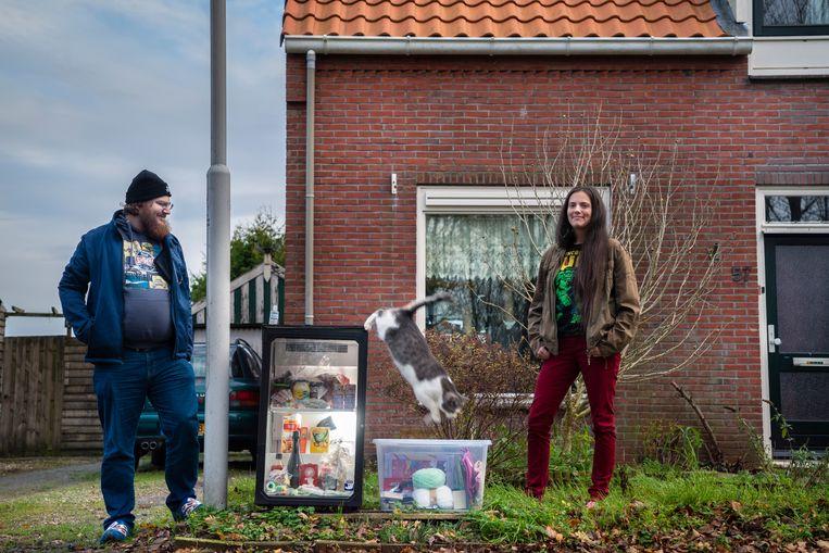 Alex Miedema en zijn vrouw Hanna hebben langs de kant van de weg een koelkast staan met overgebleven spullen uit kerstpakketten, ook om te ruilen, voor mensen met een kleine beurs. Beeld Reyer Boxem