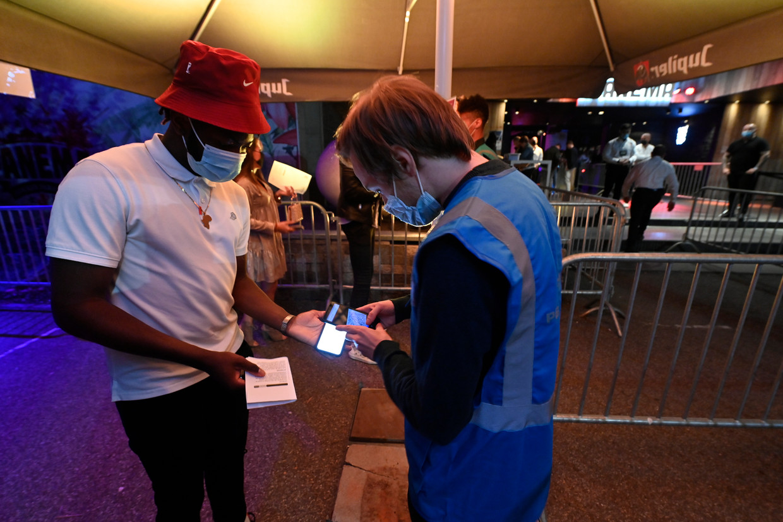 In de Hasseltse discotheek Versuz vond afgelopen weekend een testevenement met CO2- en aerosolmeters plaats. Beeld BELGA