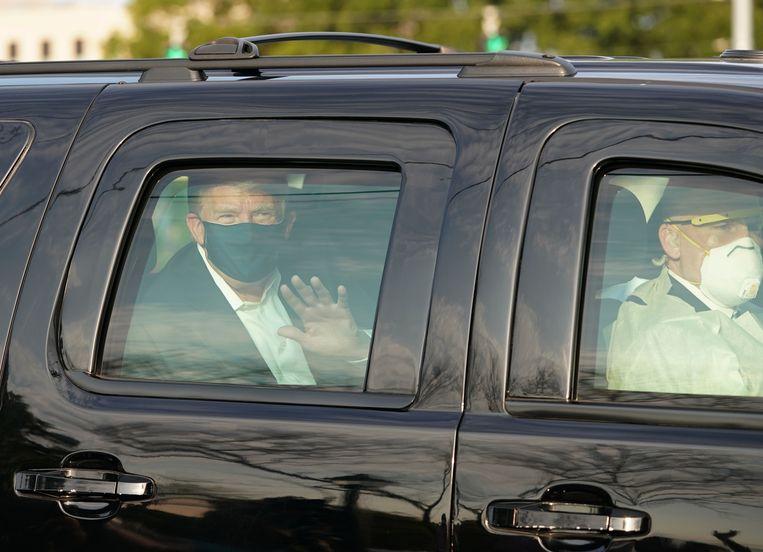 Trump werd kort rondgereden nabij het Walter Reed National Military Medical Center, waar hij behandeld wordt. Beeld AFP