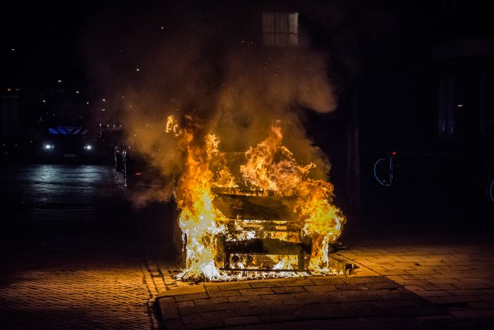Een geparkeerde auto is op de Prins Bernhardlaan in Leidschendam volledig uitgebrand.