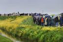 De lichamen van het echtpaar Van Hulst worden met paard en wagen naar de begraafplaats in Spijkenisse gereden.