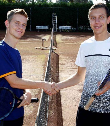 Tennisser Bram Donze overtuigend de sterkste bij broederstrijd in Clinge