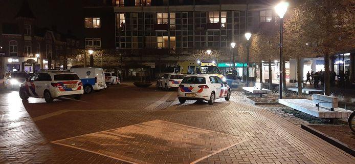 Veel politie op de Koornmarkt in Almelo, na een steekincident op woensdagavond waarbij iemand gewond raakte.