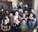 Het voltallige gezin Vaneeno: Marino Vaneeno en Gwenny Blanckaert met Alex (13), Axel (12), Xela (11), Lexa (10), Xael (9), Xeal (8), Exla (5), Leax (4), Xale (2), Elax (1) en de kleine Alxe.