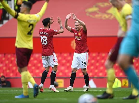 Manchester United-speler Donny van de Beek (rechts) juicht samen met teamgenoot Bruno Fernandes.