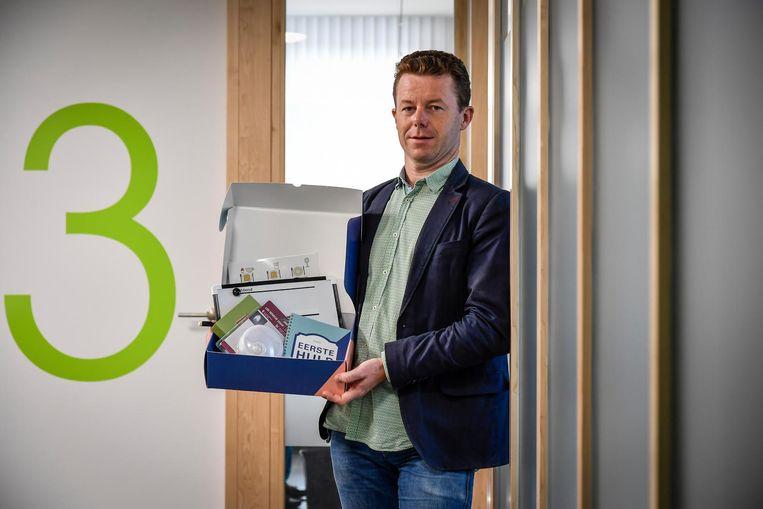 Reinout Remmery stelt de nieuwe EHBO-doos voor.