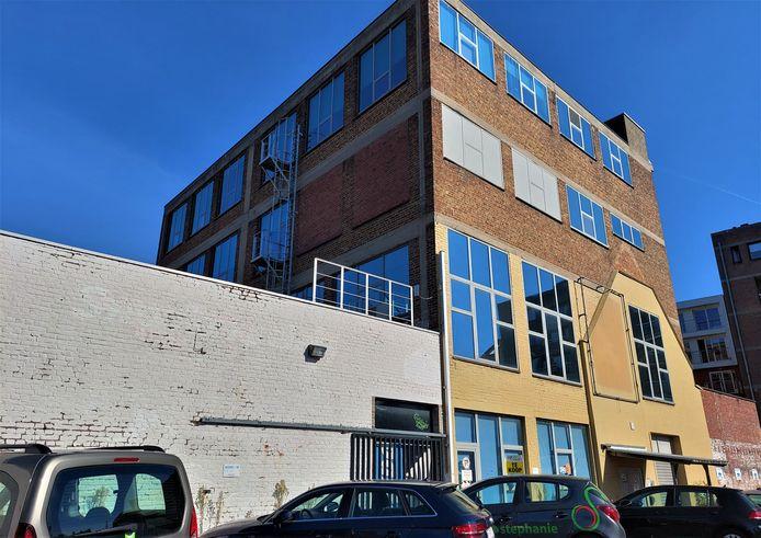 De voormalige schoenenfabriek Baert was sedert 1984 de thuisbasis van AZ, Passe-Partout en Rondom. Nu staat het gebouw van Mediahuis te koop.