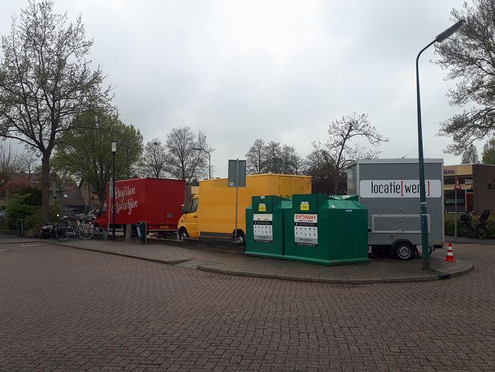 Tussen supermarkt Aldi en basisschool De Schakel staan de make-up en cateringwagens opgesteld voor de opnames van de nieuwe Netflixserie.