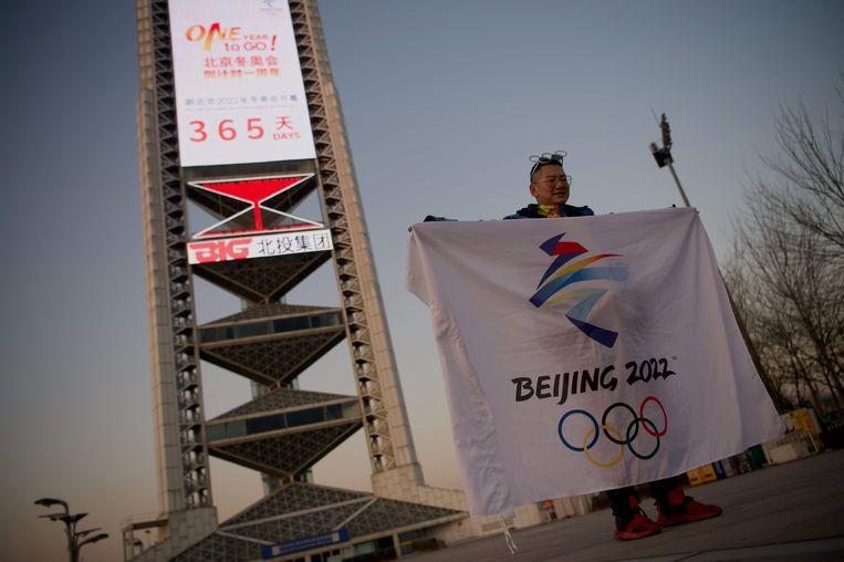 Een man bij een Olympisch stadion in Peking.  Beeld AFP