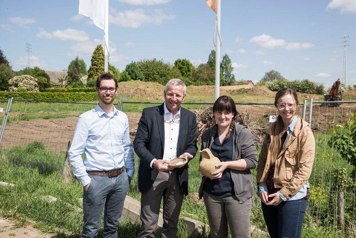 Wim Smeets van Kolmont, schepen Patrick Jans en archeologes Annelies en Marjolein.
