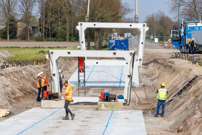 Plaatsing van het dichte deel van de nieuwe fietstunnel aan de Stokkelen tussen Bergeijk en Eersel.