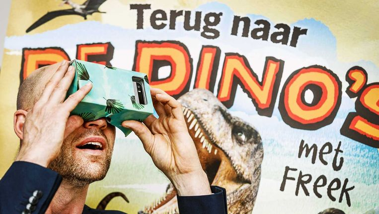Albert Heijn brengt met een nieuwe interactieve spaaractie dinosaurussen tot 'leven'. Samen met bioloog Freek Vonk kunnen kinderen zo alles te weten komen over dino's. Met een speciale virtualreality-bril en een app kun je een aantal dino's zien bewegen. Beeld ANP
