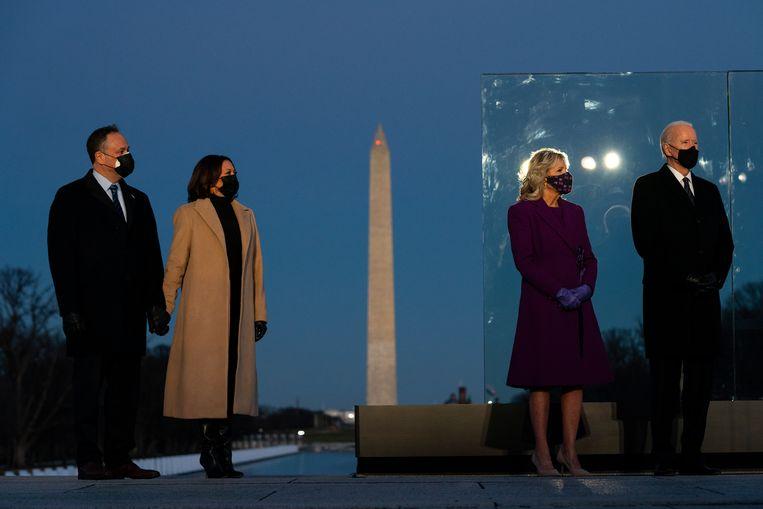 Joe Biden en zijn vrouw Jill Biden, samen met Kamala Harris en haar man Douglas Emhoff in Washington. Beeld AP