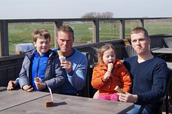 Collega's Thijs (links) en Sam genieten samen met Fauve en Baptiste van een ijsje.