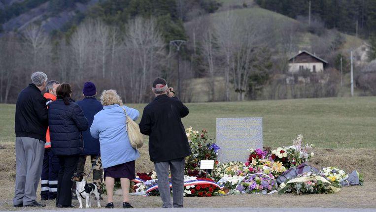 Een eerbetoon vlakbij de rampplek voor de slachtoffers. Beeld null