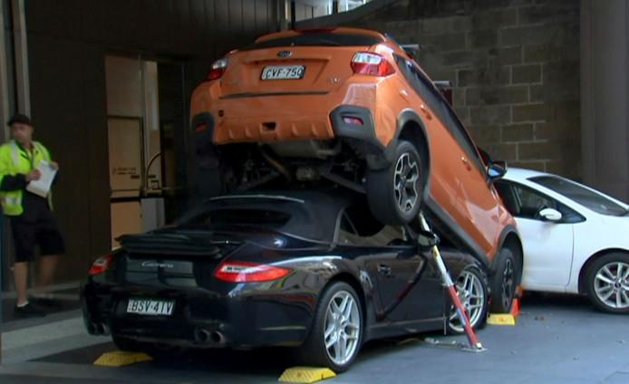 Voor de sportauto kon worden geborgen, moest eerst de SUV worden opgetild.
