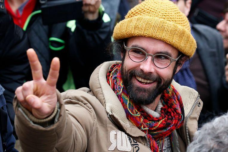 Cédric Herrou verlaat de rechtbank in Nice. Beeld EPA