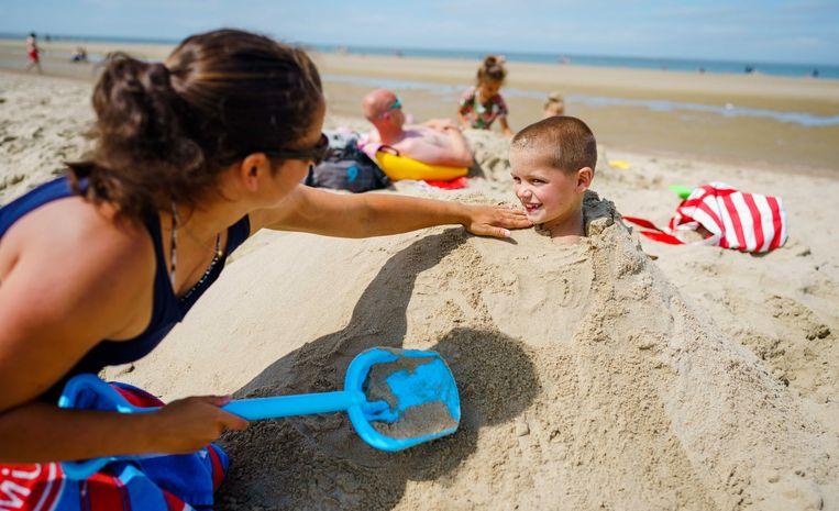 Badgasten bij het strand van Renesse. De Zeeuwse kust is een populaire vakantiebestemming tijdens de zomer in Nederland. Beeld Marco de Swart, ANP