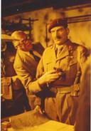 Roy Urqhart, de voormalige commandant van de Britse Airborne Divisie, inspecteert zijn evenbeeld in een diorama in Airborne Museum Hartenstein in Oosterbeek in 1978.