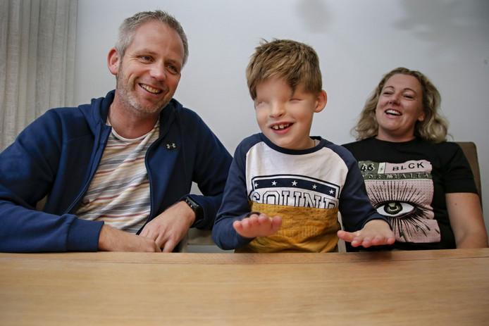 Mads Tigchelaar met zijn ouders, Geert Jan en Linda.