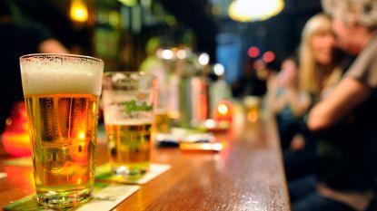 Niet-drinkers melden zich even vaak ziek op werk als zware drinkers