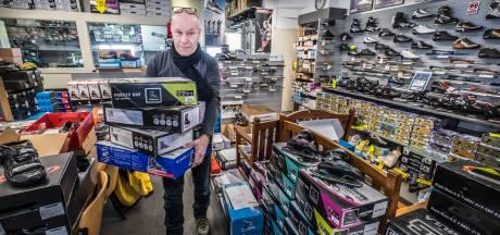 Jan de Bruin slijpt elke dag tot 23.00 uur schaatsen: 'Overdag ben ik alleen bezig met het beantwoorden van telefonische bestellingen en reparatieverzoeken'