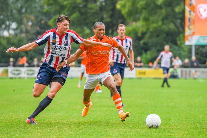 Kevin Sterling in duel met Gabri Urbanus van Excelsior Maassluis.
