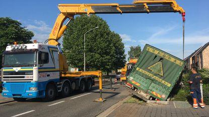 Chauffeur belandt met vrachtwagen in de gracht