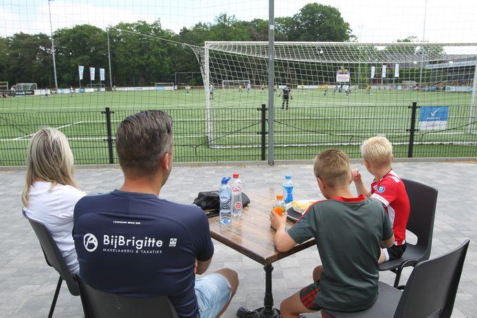 Het kantineterras bij SV Valkenswaard afgelopen zaterdag. Bij de club zijn ze blij met de nieuwe wet die strengere eisen stelt aan de reglementen voor besturen.