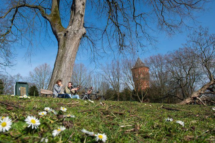 Samen lunchen op een bankje in het Wilhelminapark in Breda.