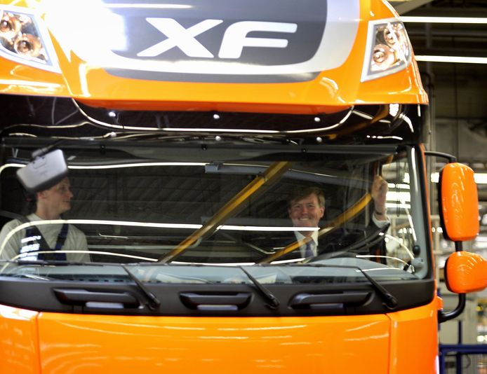 Prins Willem-Alexander rijdt de nieuwe DAF-truck van de productieband. foto Rene Manders