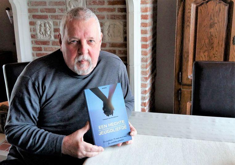 Francois Van Kerckhoven met zijn roman 'Een hechte jeugdliefde'.