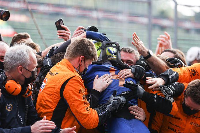 Lando Norris wordt geknuffeld na zijn knappe derde plaats in Imola.