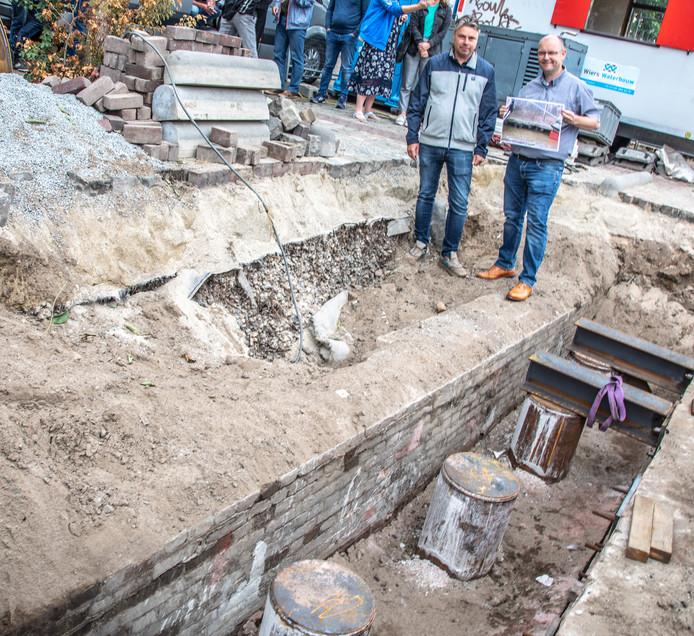Stadsarcheoloog Micheal Klomp (l) en beheermanager stedelijk water Mark Heideveld (r) bij de historische kademuur.