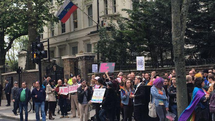 Demonstranten voor de Russische ambassade in Londen roepen Rusland op in te grijpen bij het antihomogeweld in Tsjetsjenië.