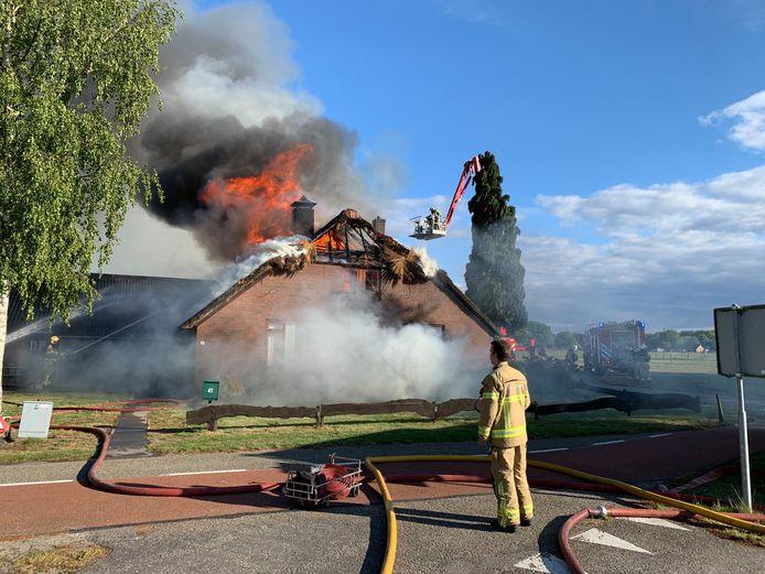 Eerder op de avond, toen de brandweer nog de hoop koesterde (een deel van) de woning te kunnen redden.