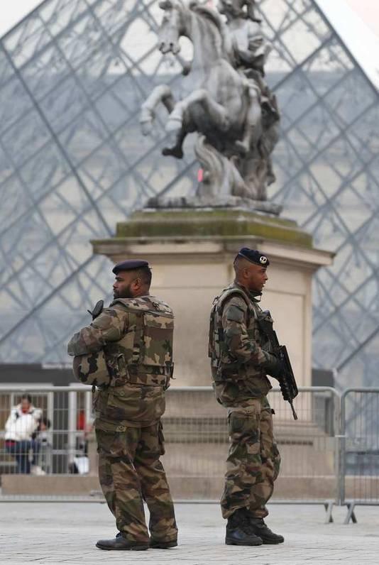 Franse soldaten voor het Louvre in Parijs