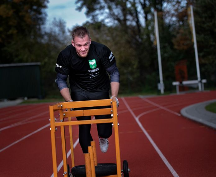 Joost Dumas tijdens een run op de atletiekbaan van Eindhoven.