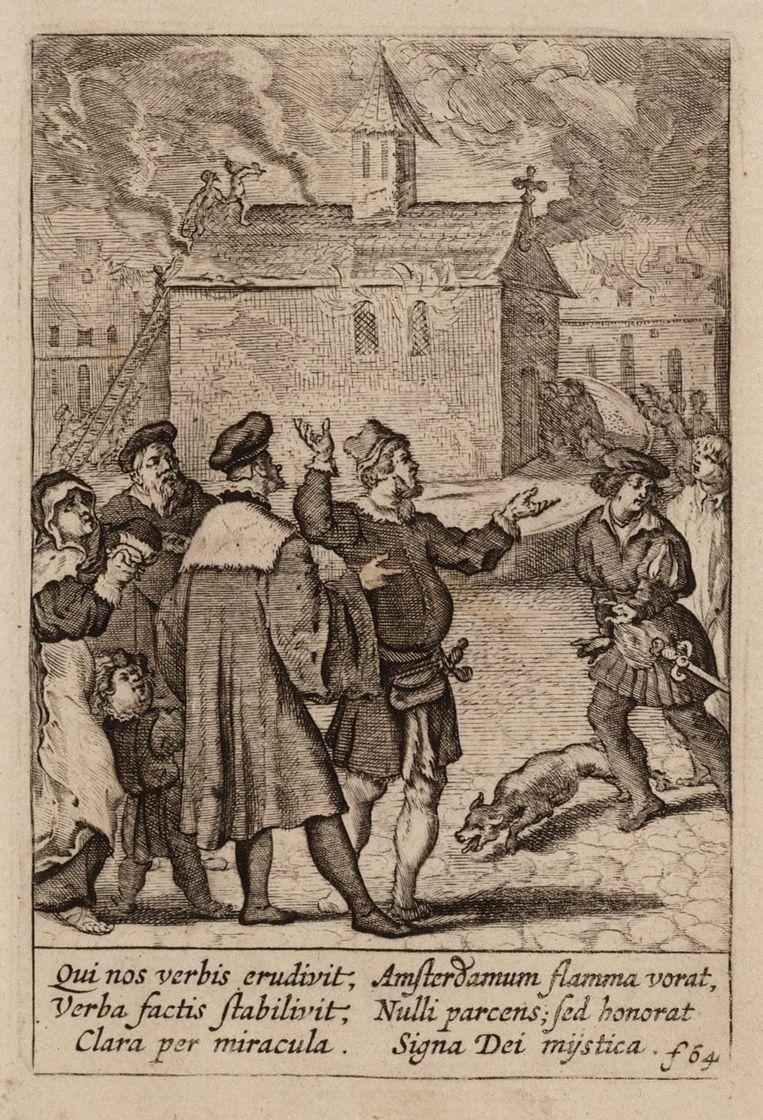Titel De Nieuwezijdse Kapel ging in 1452 in vlammen op, maar de daar bewaarde hostie uit het Mirakel van Amsterdam (1345) overleeft opnieuw het vuur. Prent uit 1639, van Boëtius à Bolswert. Beeld Stadsarchief