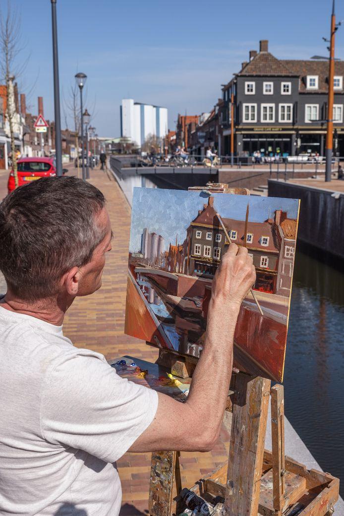 Jos Antens uit Roosendaal fietst overal in de buurt naartoe en gaat dan een mooi plekje schilderen. Hij heeft het al gedaan in Roosendaal, Etten-Leur en Willemstad. Afgelopen dinsdag was hij in Zevenbergen om de haven te schilderen.