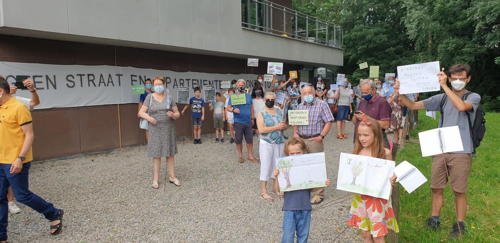 LIER - Een vijftigtal buurtbewoners kwamen zaterdag samen voor een stil protest tegen de mogelijke komst van 57 nieuwe wooneenheden.