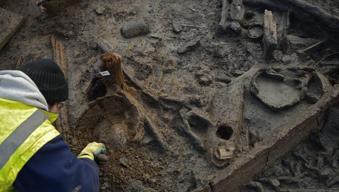 Een archeoloog bij de opgravingen.