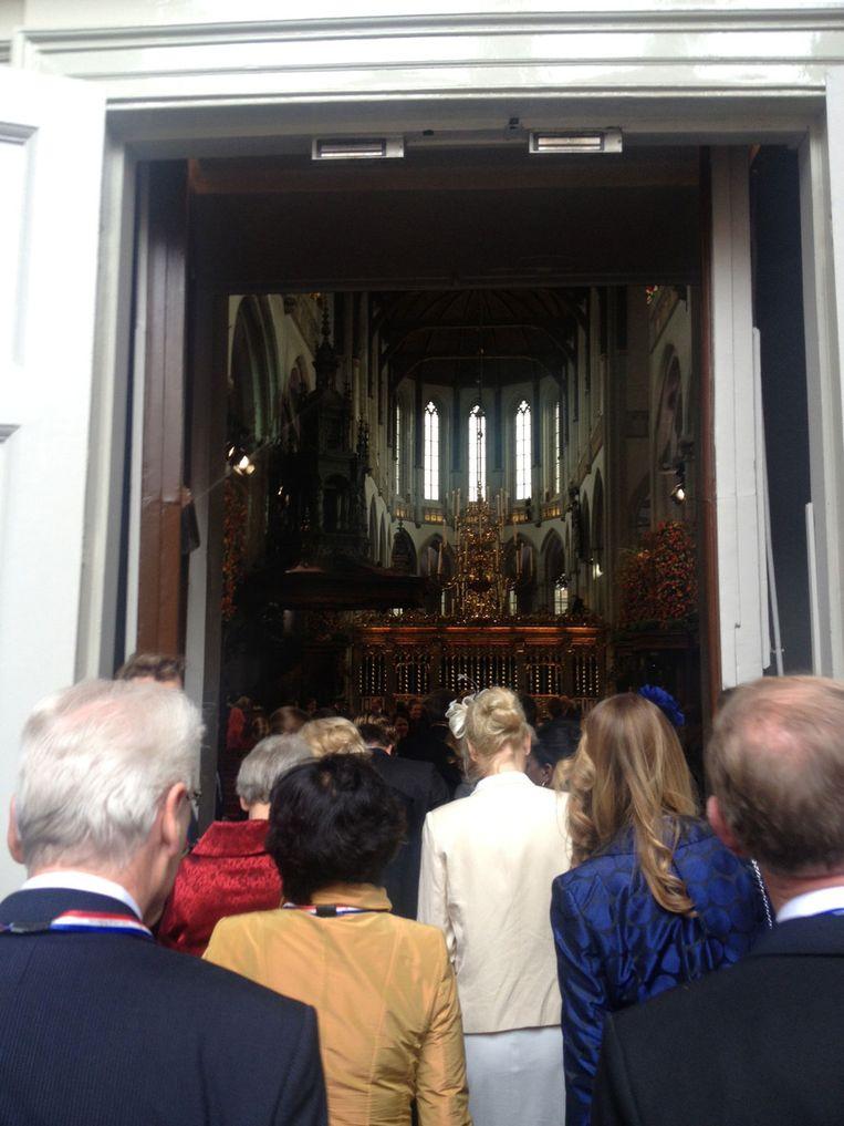 De binnenkomst in de kerk. Beeld Trouw