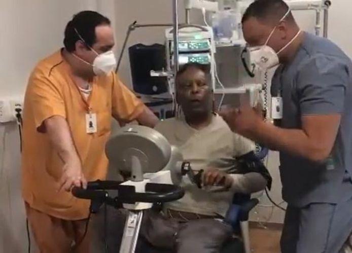 Pelé revaliderend in een Braziliaans ziekenhuis.