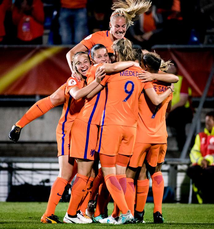 Vreugde bij de voetbalsters van Oranje na de overtuigende 3-0 zege op Engeland in de halve finale van het EK.