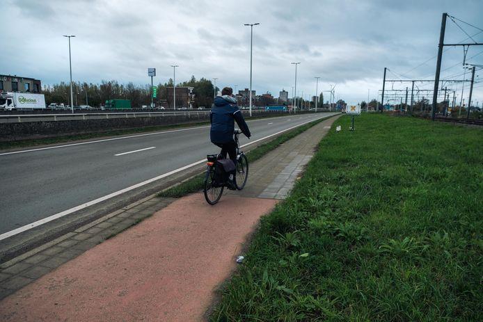 Het fietspad naast het spoor wordt verlengd.