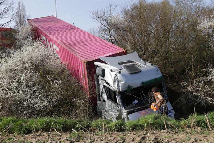 De diesel was weggelekt uit deze vrachtwagen die woensdag in de berm belandde naast de E17.