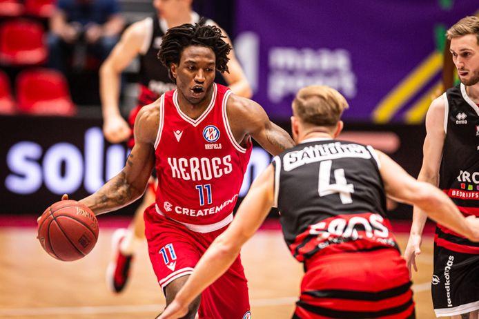 DeMario Mayfield in actie voor Heroes Den Bosch in de gewonnen competitiewedstrijd tegen Almere Sailors. Eind maart mag de Bossche ploeg weer aantreden voor de FIBA Europe Cup.