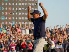 Mickelson (50) schrijft golfhistorie als oudste majorkampioen met winst PGA Championship