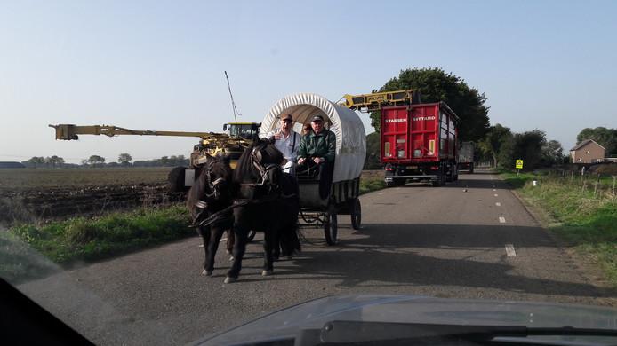 Op de Omloop in Haarsteeg passeert deze huifkar een tafereel dat echt bij de herfst hoort: de oogst van suikerbieten.